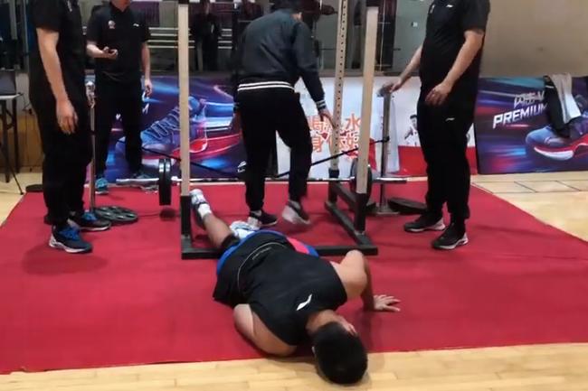上海男篮突遭重大打击:主力中锋张兆旭体测受伤被紧急送医救治