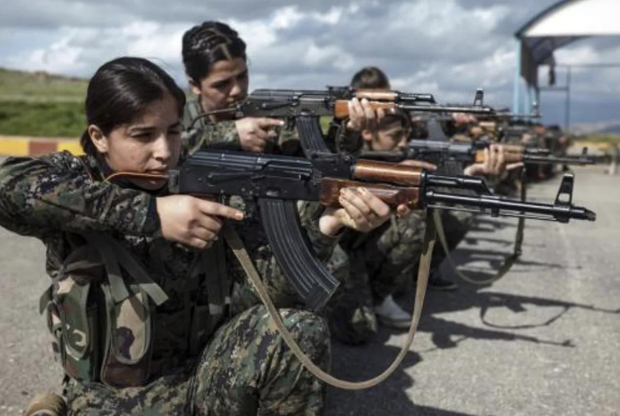 土系叛军辱库尔德女兵惹众怒,巴沙尔下令反击,大批坦克发动猛攻