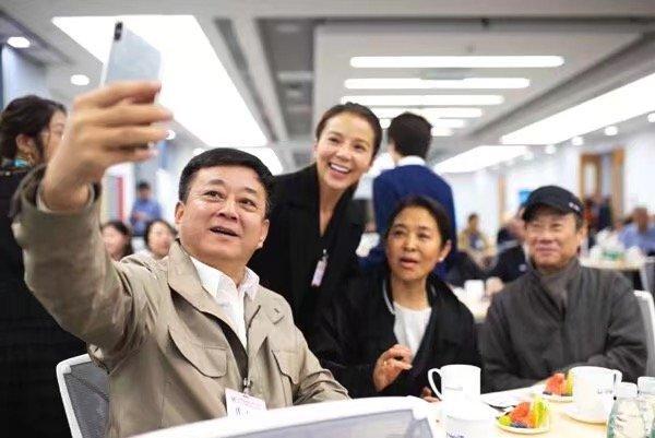 原创             朱军拿手机自拍,素颜的倪萍老的好真实,朱迅气质更好!
