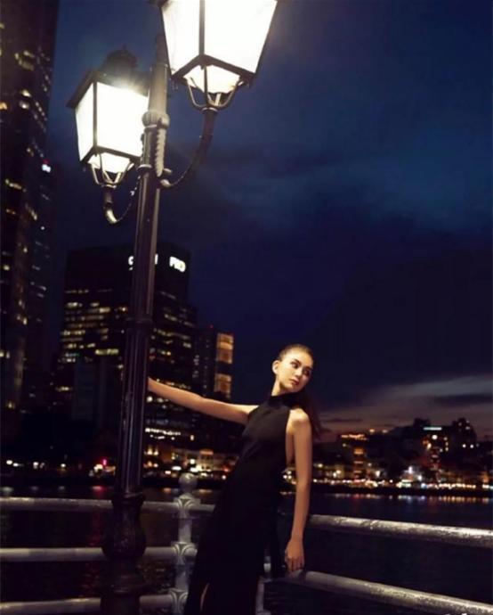 原创             天王嫂昆凌又美了!穿黑色连衣裙露后背,S形身材很有优势