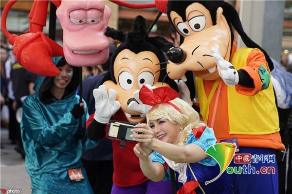 日本神奈川举行万圣节游行 各式惊悚造型纷纷亮相