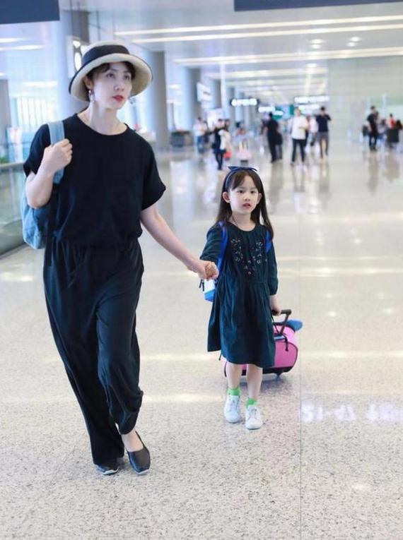 原创             42岁孙莉素颜现机场,卫衣叠穿风衣太减龄,踩帆布鞋似20岁大学生