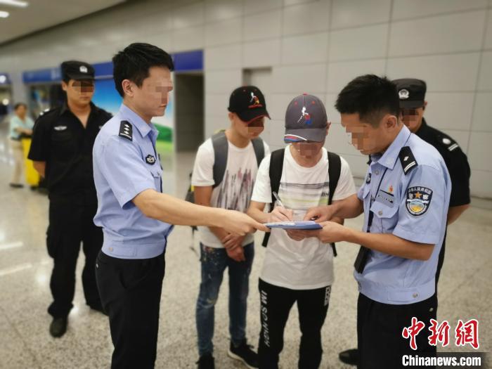 中国新闻网@嫌疑人外逃后生活艰苦想自首 警方辗转一月将其