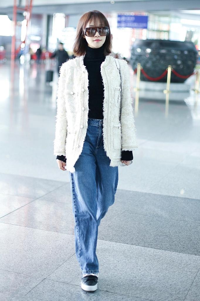 原创             蓝盈莹单身后更美了,穿露肩裙难掩好身材,花呢外套走机场更惹眼