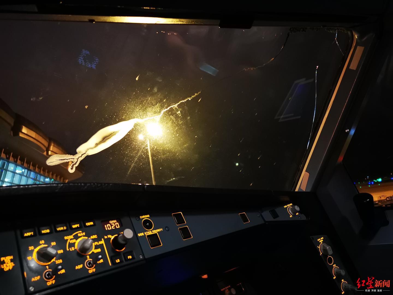 西藏航空一航班风挡出现裂纹 乘客:有颠簸,能感觉飞机下降得很快