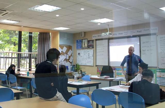 学生也没有班级固定教室,而是像国内大学教室一样,需要上什么课,就到对应的教室去.图片