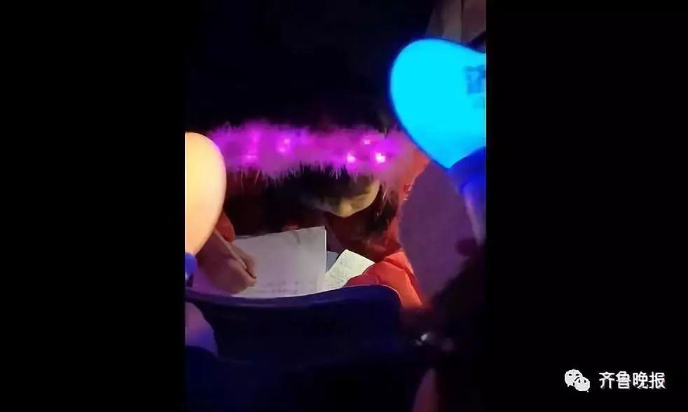 <b>作业一带,谁都不爱!哈哈哈小学生在周杰伦演唱会上写作业</b>