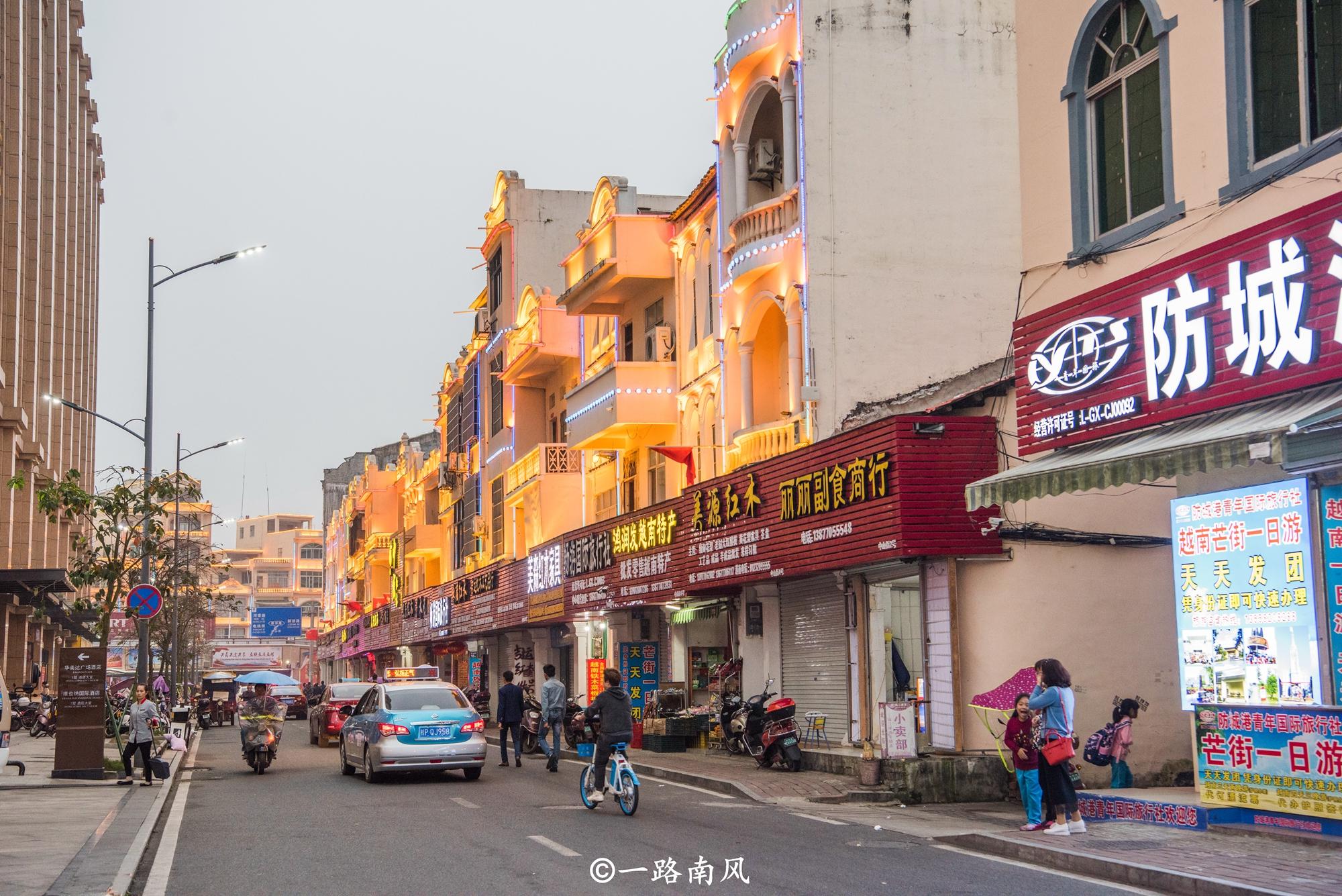 原创             游广西边关城市,登上楼顶,看看越南城镇都是什么样子!