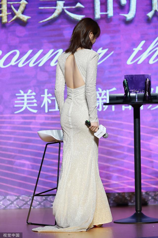刘涛法式刘海配鱼尾裙,造型让人惊喜!但深V内搭秋衣太掉质感