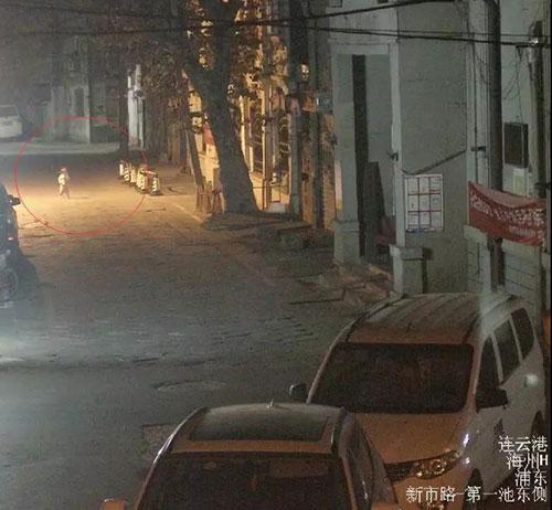 凌晨兩點,兩歲女童光腳走在大街上,原來……