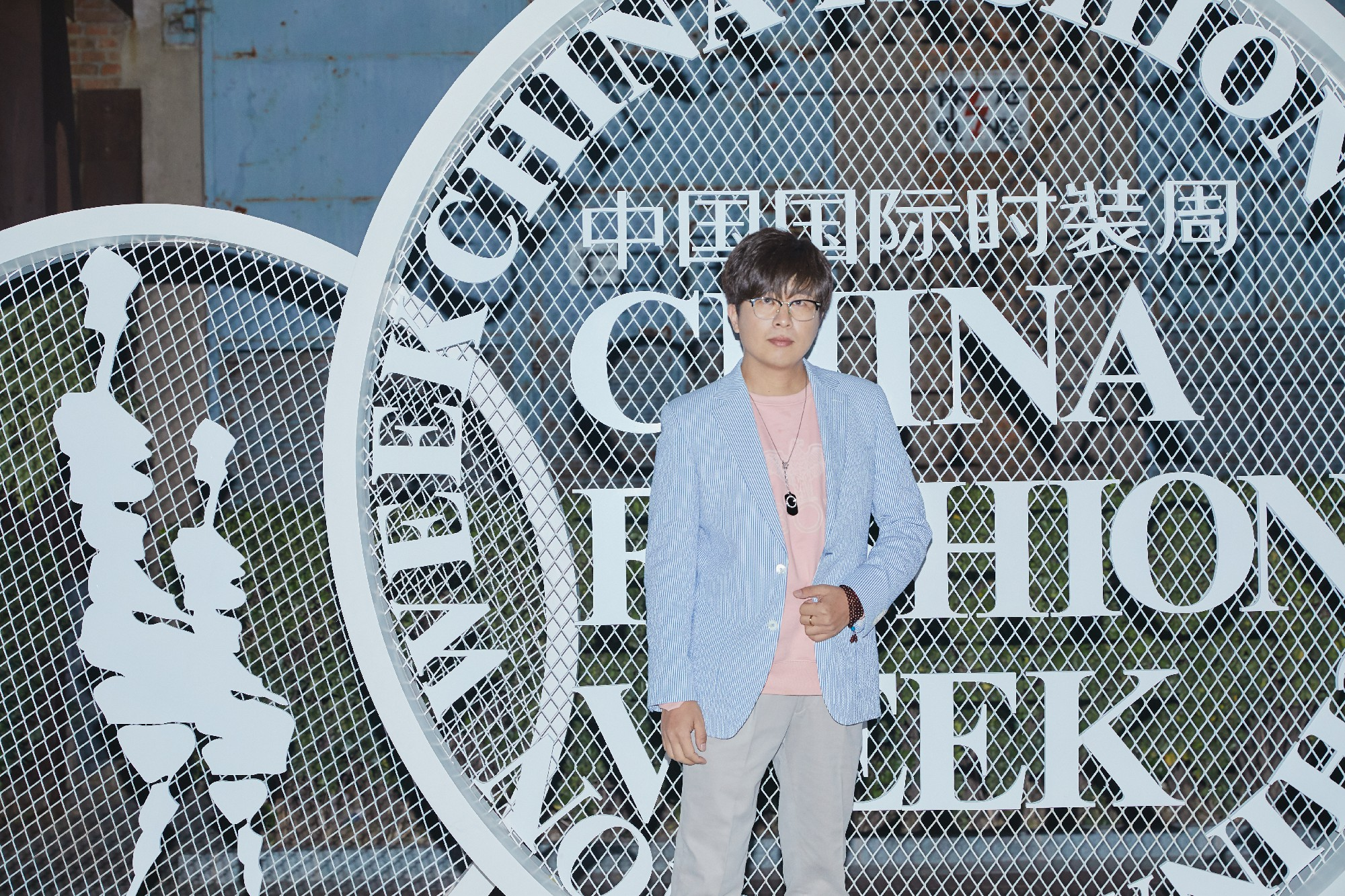 李凯受邀出席中国国际时装周 简约穿搭 完美吸晴