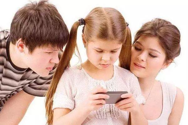 """6岁孩子玩手机上瘾遭母亲打,孩子跪地求饶:""""妈,求"""
