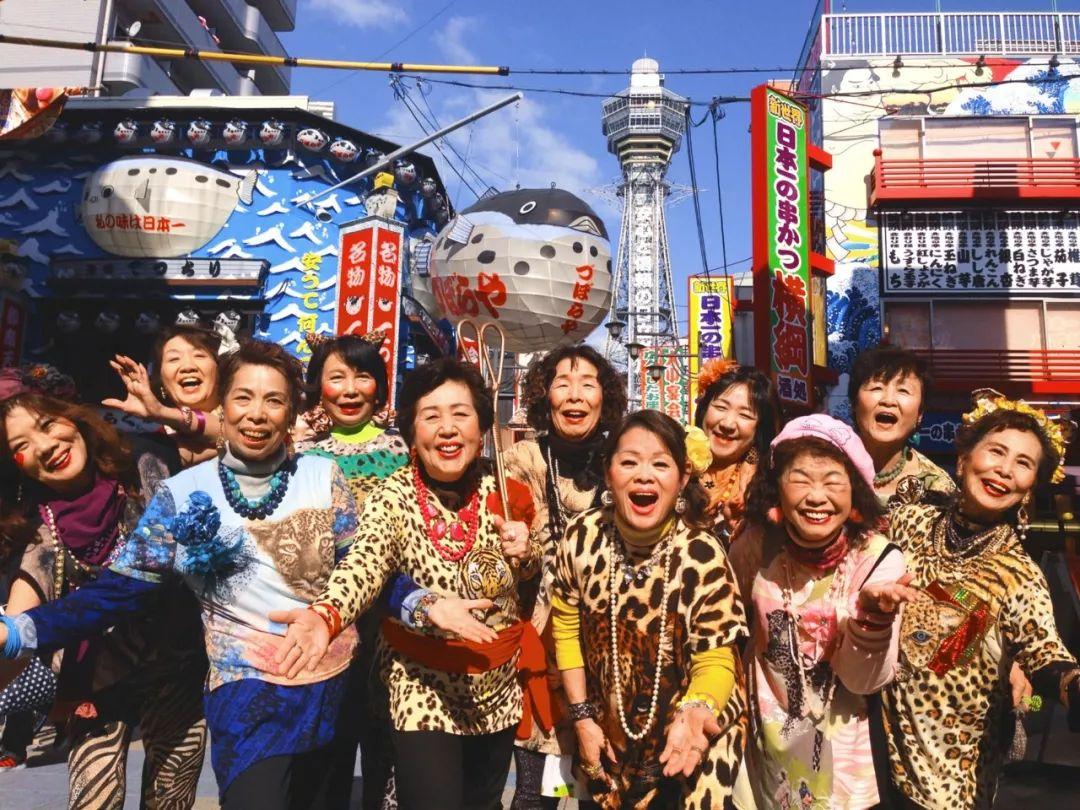 """出道7年的日本""""大妈女团"""":穿豹纹,唱rap,跳电音_欧巴"""