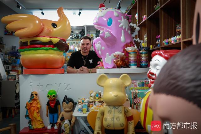 """李国庆,人称""""欢哥"""",他被称为""""国内潮流玩具的教父"""""""
