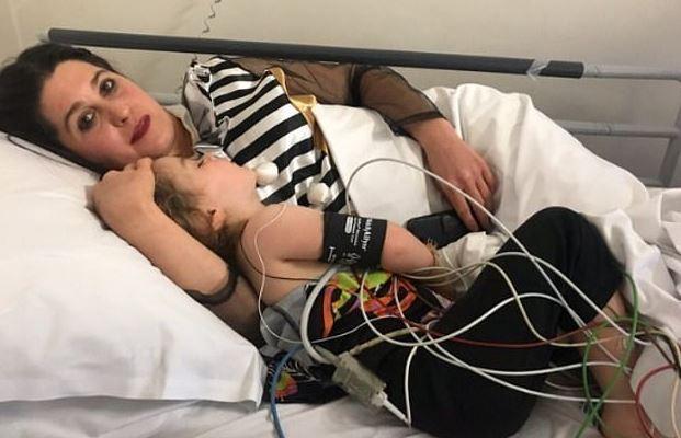 """惊吓万圣节!澳大利亚3岁女童吞下""""糖果""""后被紧急送医"""