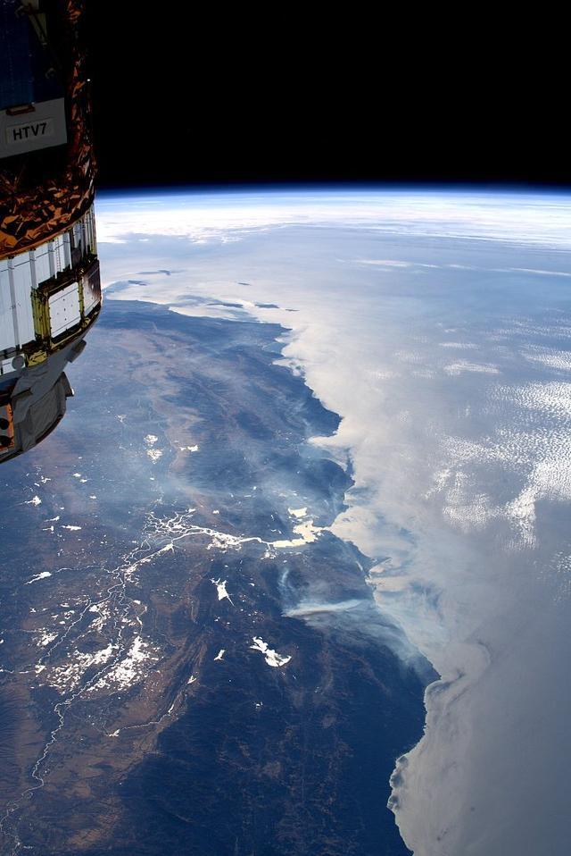 宇航员在国际空间站拍照加州野火相片