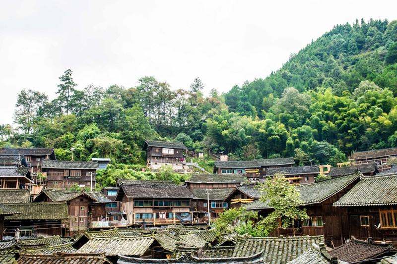 原创             粮仓也能成为招揽游客的名胜景点?贵州这个古寨的粮仓别具一格!