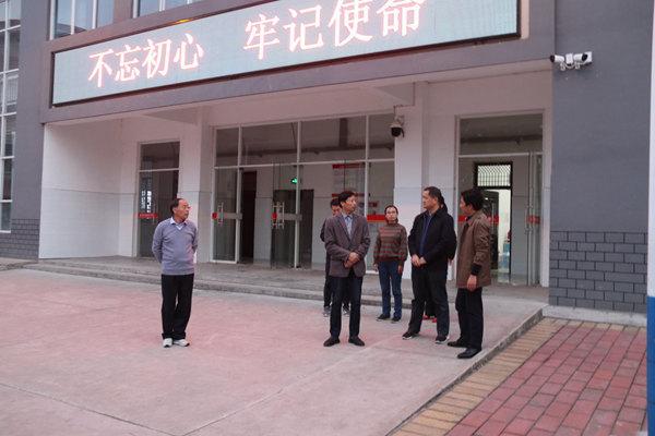 """金安区教育局局长韩怀国在毛坦厂学校开展""""不忘"""