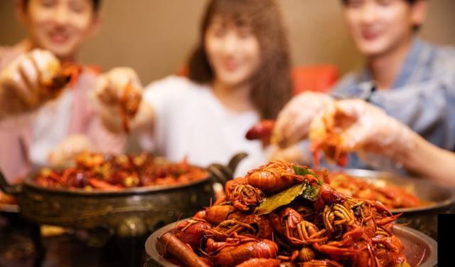 用平台思维做餐饮,3年门店超1100家!谁是堕落虾的助推器?_洪堡