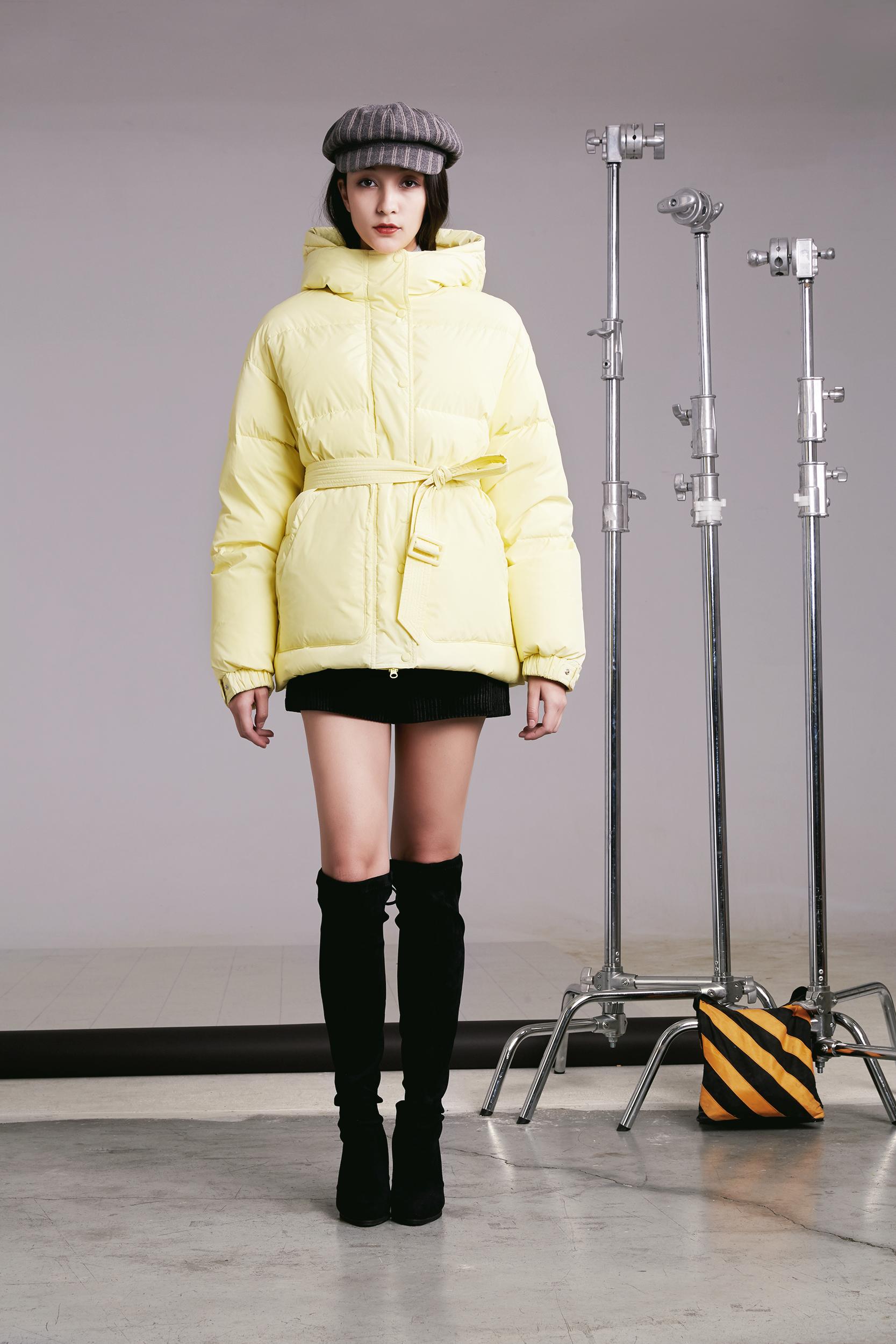"""小個子的女生,冬天穿羽絨服,學會這3個""""穿衣法則"""",太時髦了 (圖3)"""