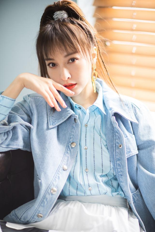 女神吴昕最新写真,格纹衬衫搭配高腰半裙显身材,甜美气息似少女_体式