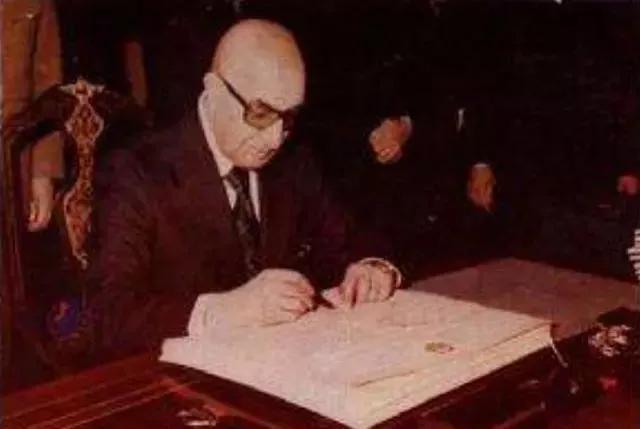 此人64岁推翻国王当上总统, 69岁就被下属政变, 全家被杀光
