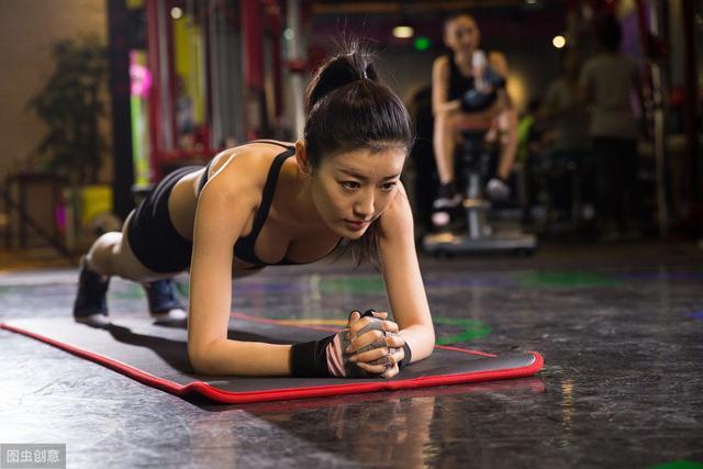 每天5分钟平板支撑,能练出腹肌吗?别傻了!这5个变式帮你虐腹