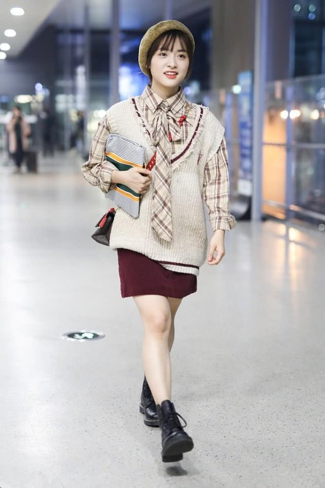 沈月的时尚感持续在线,穿印花毛衣出行,做了个编发更显少女感
