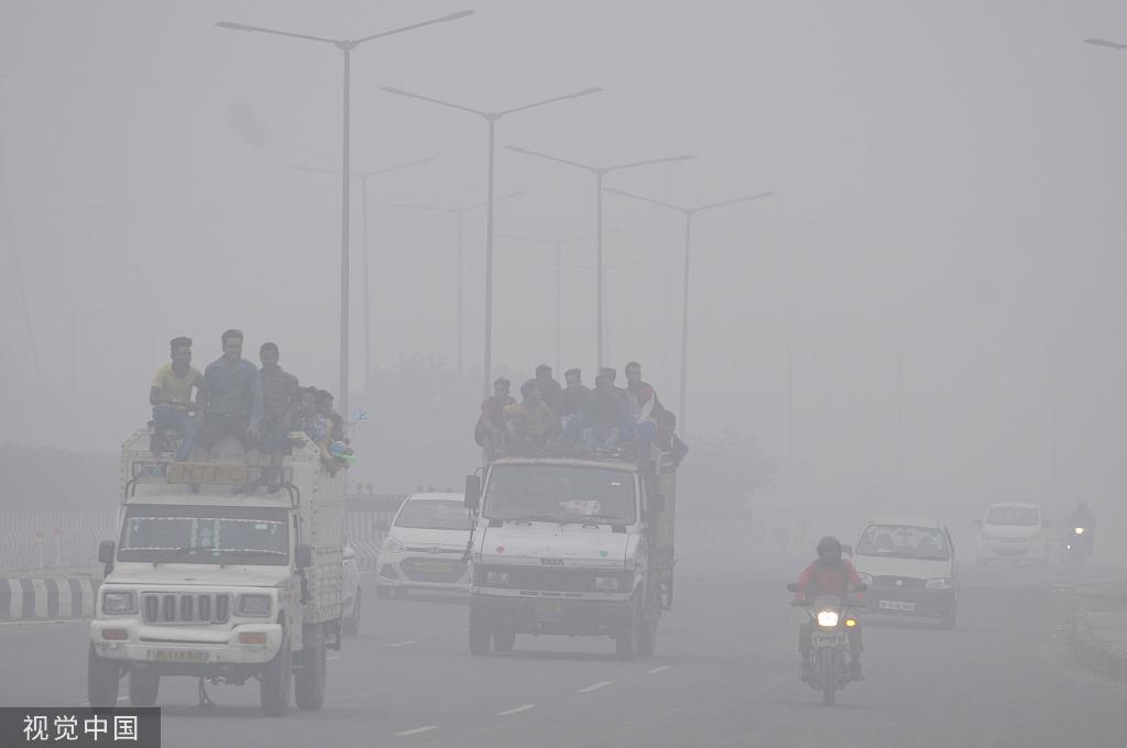 印度首都严重空气污染持续,学校关闭、数百航班受影响