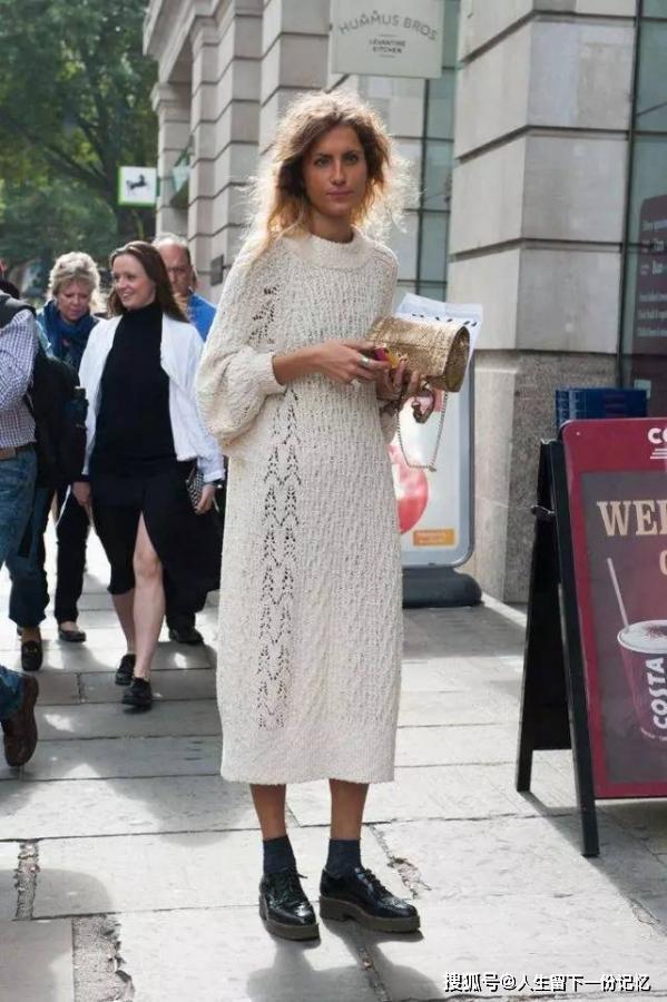 针织裙最时髦的三种穿法   # 针织裙+裤子 #   初秋的时候,单穿一件针织裙就足够时髦,但温度骤降,不妨学习从t台流行到街头的裙裤的穿法,这招尤其适用冬天针织裙~图片