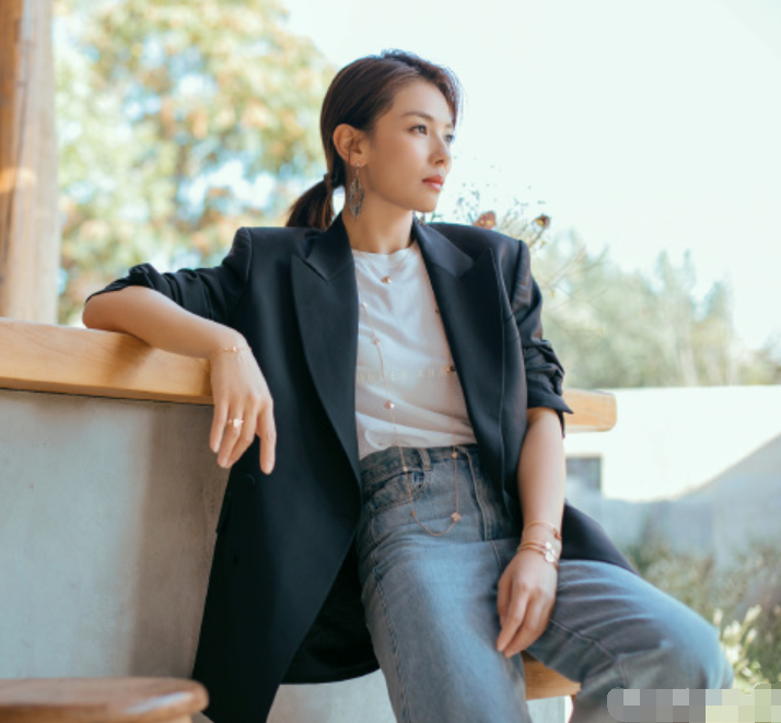 刘涛也太会穿了,用西装搭配毛边裤,减龄又时髦,哪像41岁俩娃妈