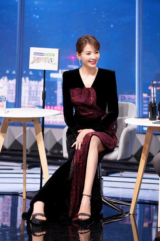 女神刘涛好会穿,一袭开叉长裙出席活动,大长腿小蛮腰应有尽有_双腿