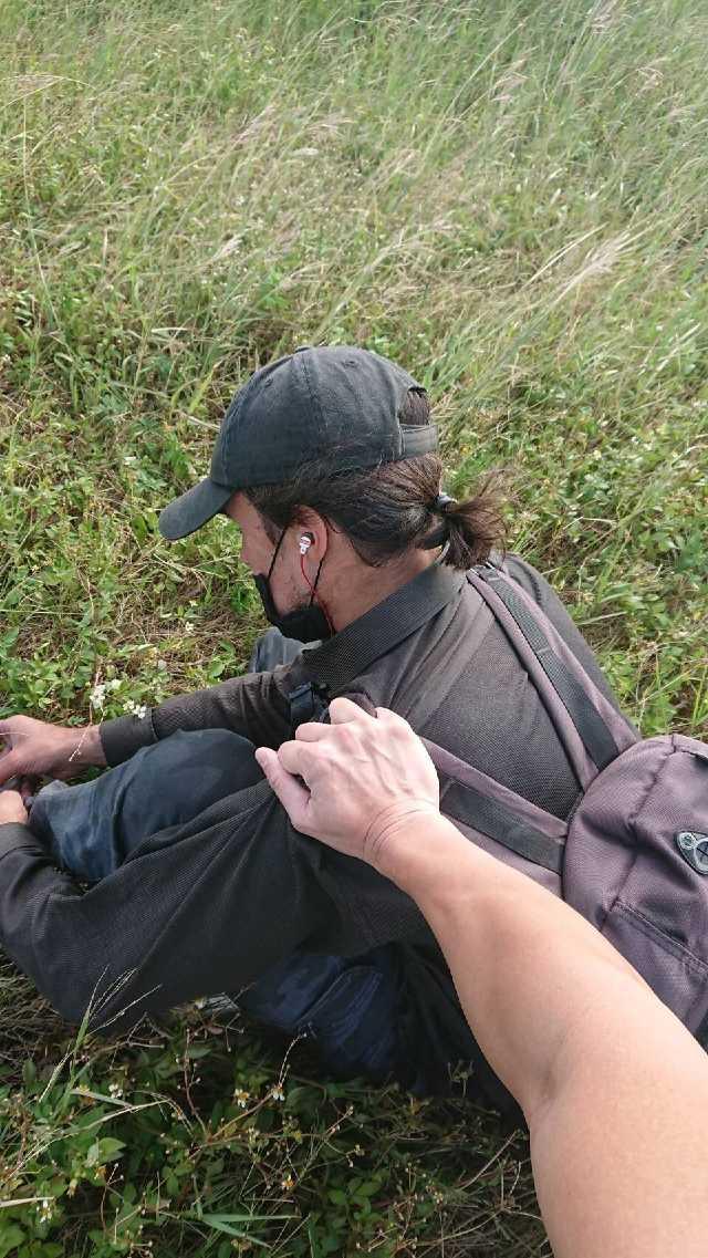 机长都看傻了!飞机正要起飞,草丛里突然窜出个白人男子强行爬起落架