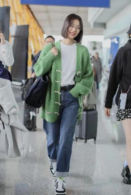 刘雯素颜现身,不刻意凹造型,简简单单穿出高级感,堪称机场清流