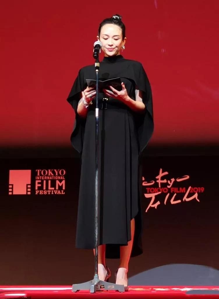 原创             章子怡结束东京行,一袭斗篷裙踩10cm高跟鞋,挺8月孕肚美成焦点