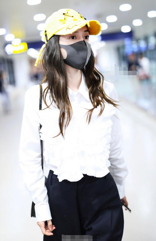 杨颖机场低调炫富,1千8鸭舌帽配3千白衬衫,30多万包包我好羡慕