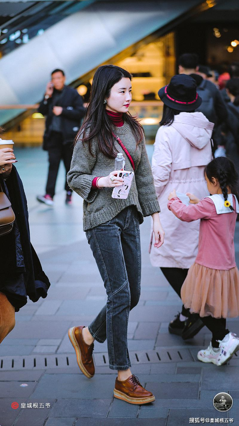 街拍:时尚达人们就像是潮流的晴雨表,换季是服装混搭最好的季节