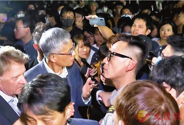 被暴徒围堵辱骂5小时港科大校长:不会因遭受屈辱就屈服
