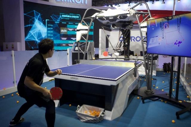 探秘进博会装备展:与最灵巧机械手玩包剪锤!跟机器人教练学乒乓