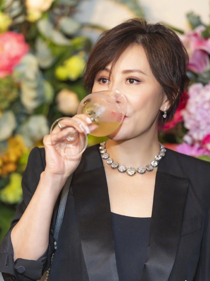 原创             54岁刘嘉玲分享照片,黑色小西装女人味十足,清爽短发气质出众