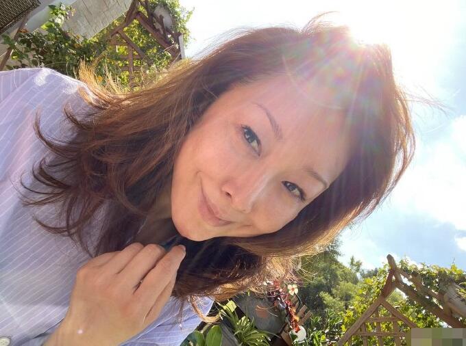 歌手孙悦晒照,美颜滤镜的素颜很假,未修图的脸衰老的太真实了!