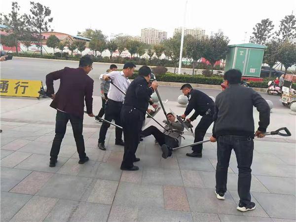 南阳市公安局仲景分局反恐演练进校园 筑牢校园安全屏障