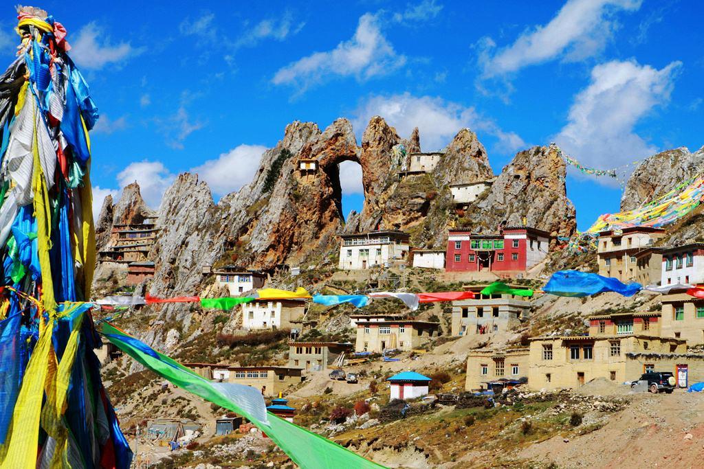 原创中国海拔最高的寺庙,悬空于4800米神山上,风光绝美一般人不敢上