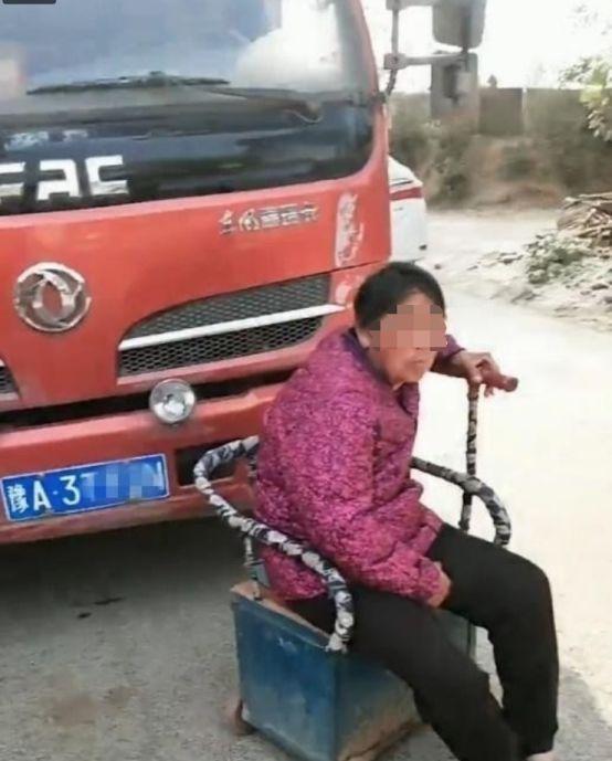 """货车司机被截道,轮椅老太""""专业""""拦货车:不给钱,别想过路!"""