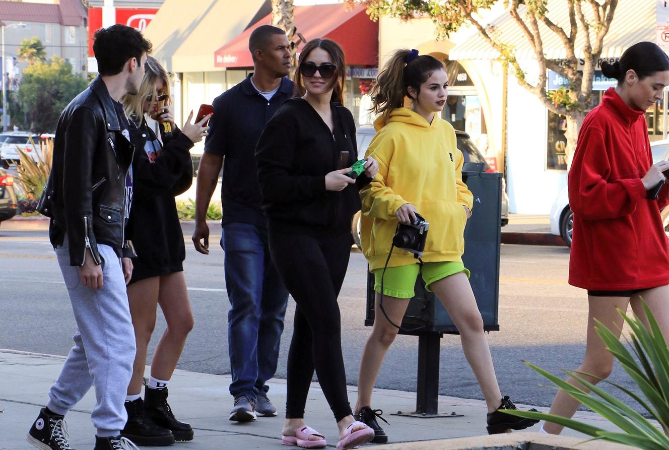 赛琳娜逛街妆容精致,穿绿短裤秀腿造型靓,蹲地拍照不顾女神形象!时装!