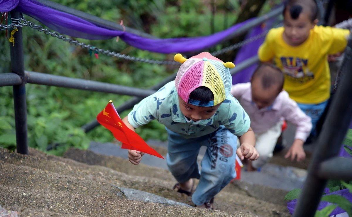 孩子不愿走路总要抱,学会这五点,让孩子出门自己走
