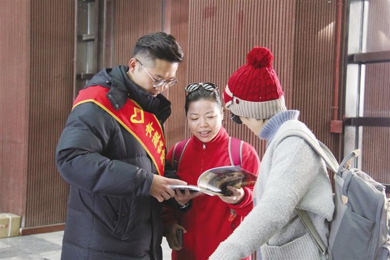 """助力""""冬游西藏""""不断升温 拉萨火车站为进藏旅客奉上""""贴心攻略""""_蒋文璐"""