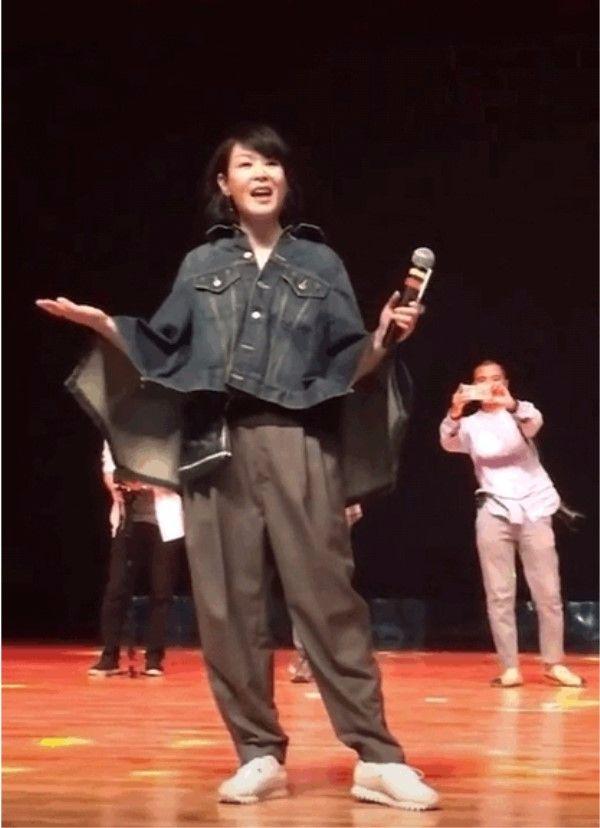 刘若英快50岁了,脸不打针看着就美,但造型还是那么糟糕!