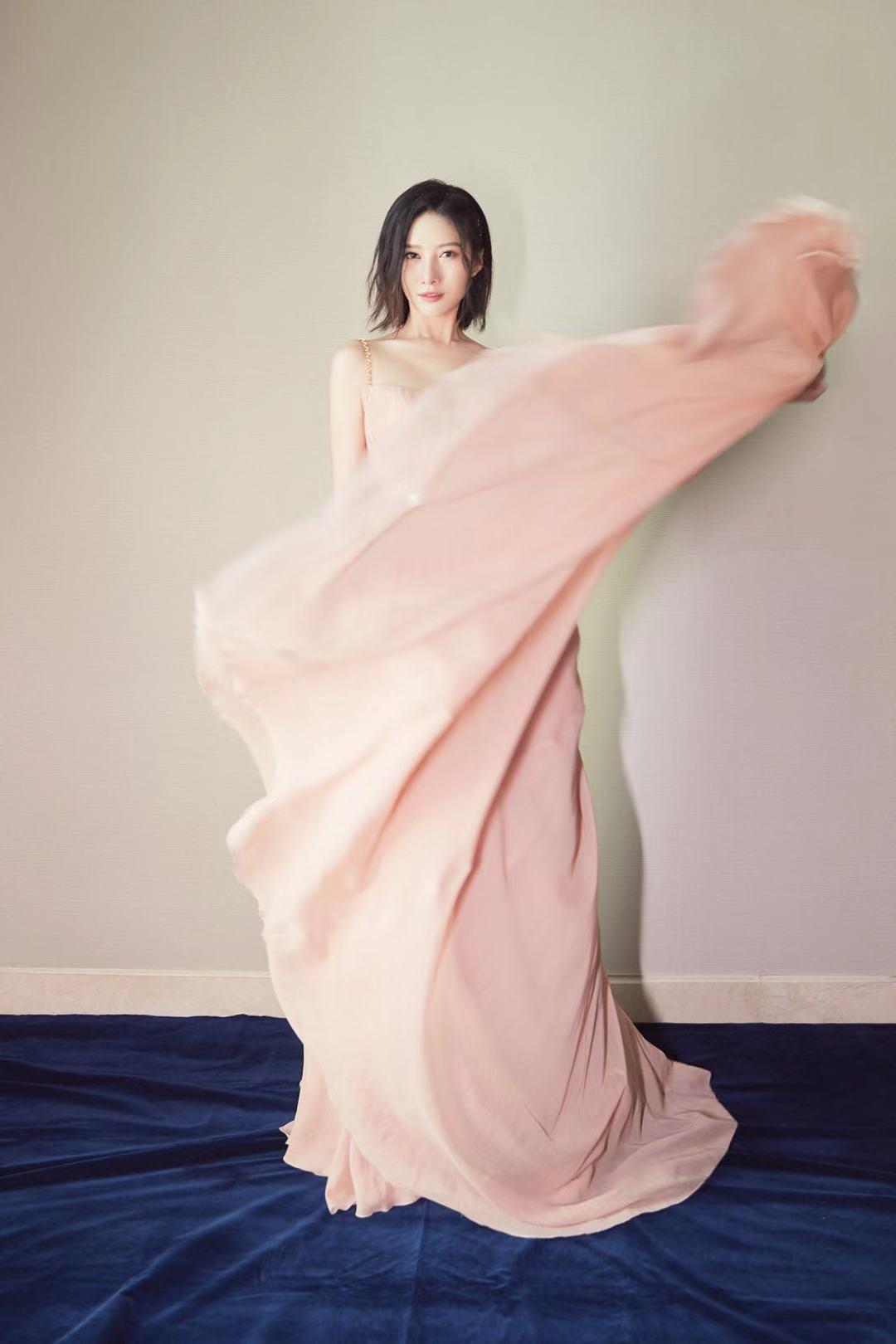 「环球网」吴优身着粉色纱裙,尽显完美身材!