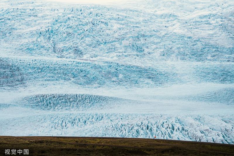 """探险家探秘冰岛巨型冰川人与自然同框秒变""""小不点""""_瓦特纳约库尔"""